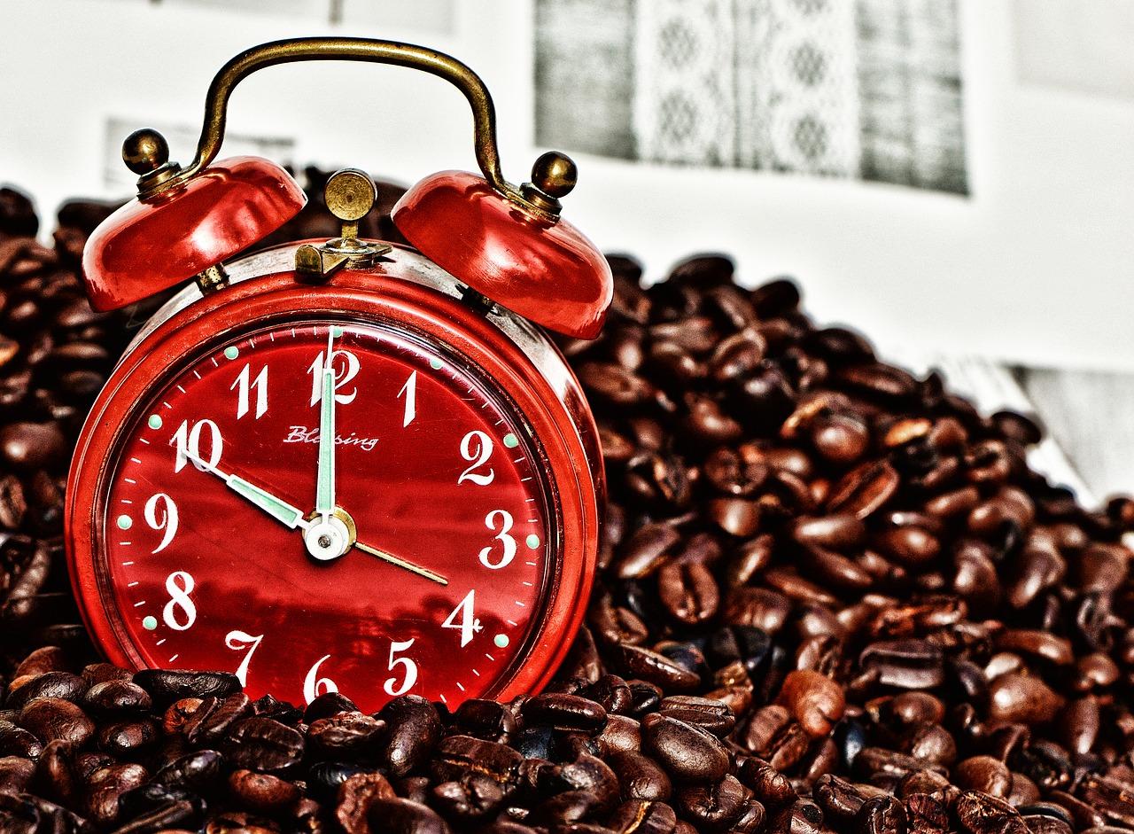 コーヒーに埋もれた時計